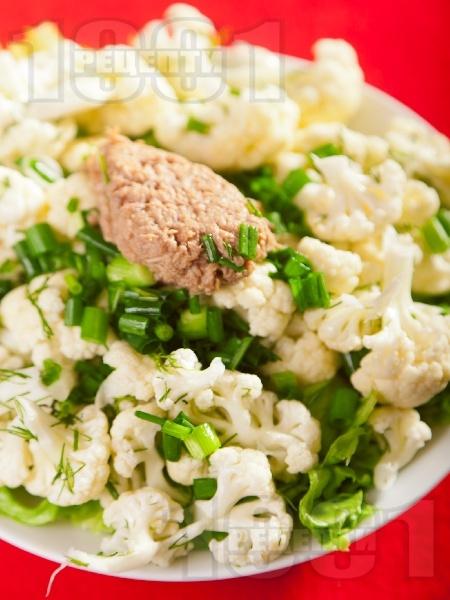 Салата от суров карфиол с риба тон, пресен зелен лук и заливка / дресинг от олио и оцет - снимка на рецептата